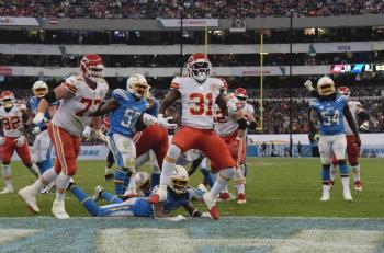 Chiefs le intercepta todo a Chargers y conquista el Azteca