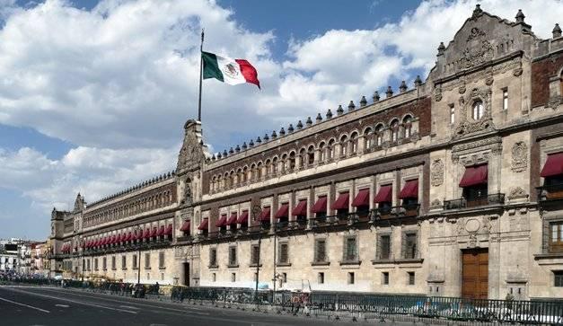 Trabajadores del Seguro Popular protestan en Palacio Nacional