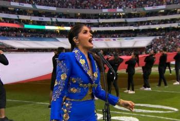 Ana Bárbara se equivoca al entonar Himno Nacional en juego de la NFL