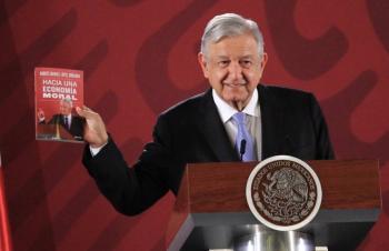 """Presume AMLO su libro """"Hacia una economía moral"""""""