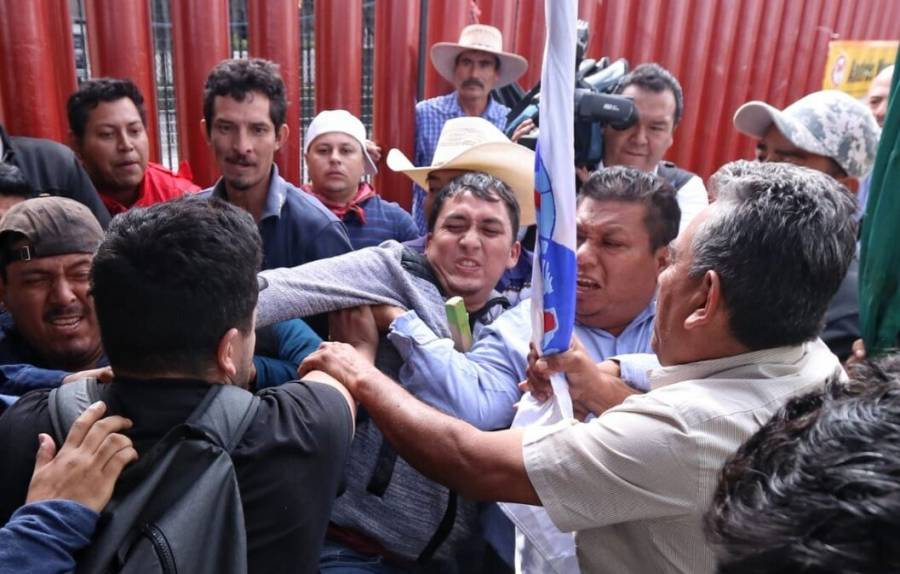 Riña entre campesinos y policías en San Lázaro