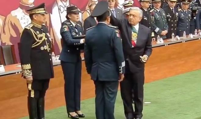 Entrega AMLO ascensos y condecoraciones a integrantes de las Fuerzas Armadas
