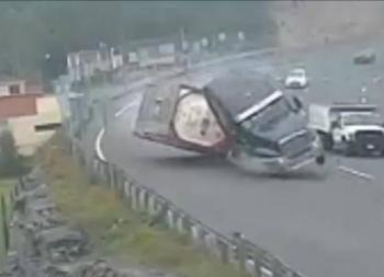 Vuelca trailer en la Autopista México-Toluca