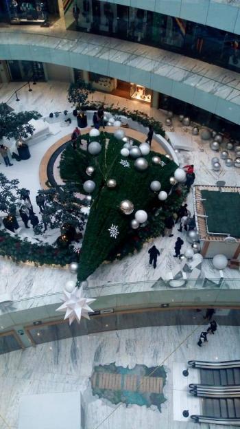 Cae árbol de Navidad artificial de 15 metros; hay un herido