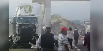 Rapiña, tras la volcadura de un tráiler en la México-Puebla