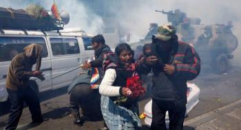 Dispersan con gas lacrimógeno marcha de opositores al gobierno en Bolivia