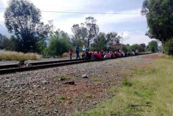 Realizan normalistas nuevo bloqueo a vías del tren en Morelia, Michoacán