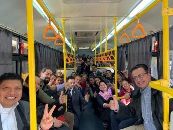 Diputados federales se dirigen en camión a una sede alterna para sesionar