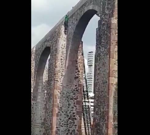 Hombre se arroja desde Los Arcos en Quereacutetaro