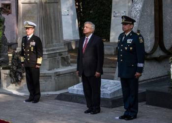 Reconoce AMLO lealtad de marinos y soldados en Día de la Armada de México