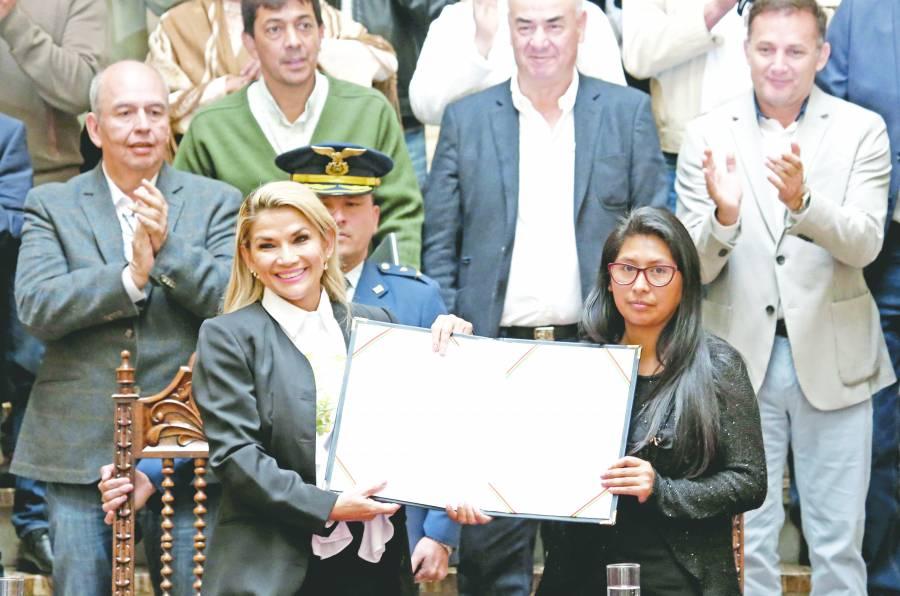 Promulgan ley que traza  vía para elecciones sin Evo