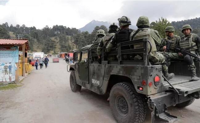 Elementos de la Guardia Nacional buscan a turistas en el Nevado de Toluca