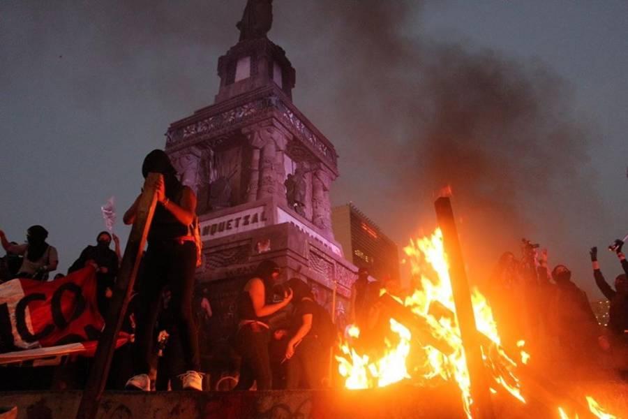 Unas marchan contra la violencia y otras vandalizan Reforma, Zócalo...