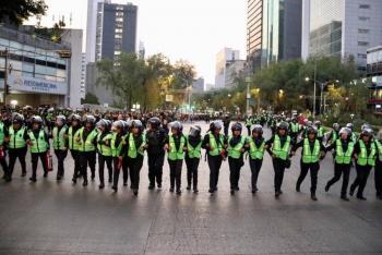 Reconoce Sheinbaum a mujeres policías que cuidaron la marcha