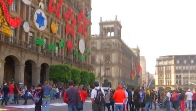 Se manifiestan en el Zócalo capitalino unos 600 vagoneros del Metro