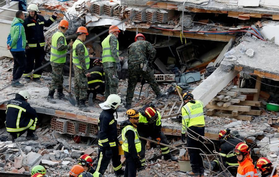 Rescatan a 46 sobrevivientes bajo los escombros en Albania