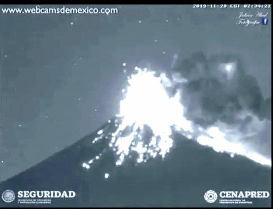 El Popocatépetl lanza fragmentos incandescentes
