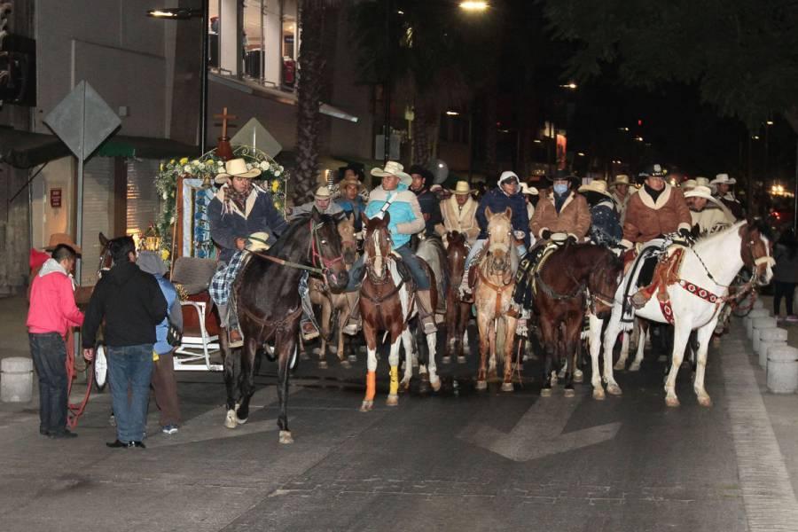 Peregrinos cabalgan a la Basílica de Guadalupe