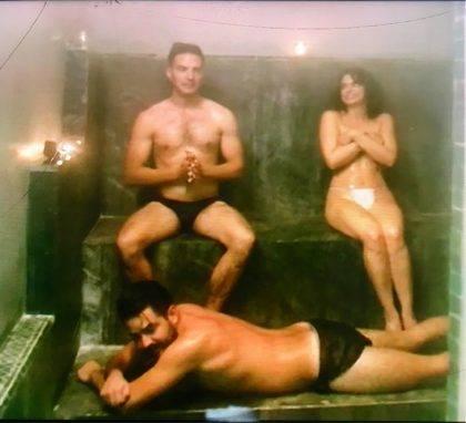 Desnudo de los Derbez causa controversia