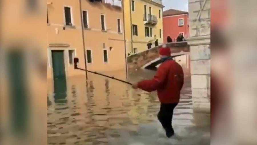Venecia inundado confunde a hombre que cae en canal