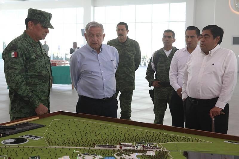 Recorre AMLO zona militar de Oriental, en Puebla