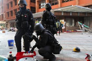Policía levanta asedio a universidad de Hong Kong