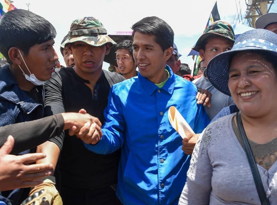 Tres opositores y tres oficialistas  levantan la mano para suceder a Evo