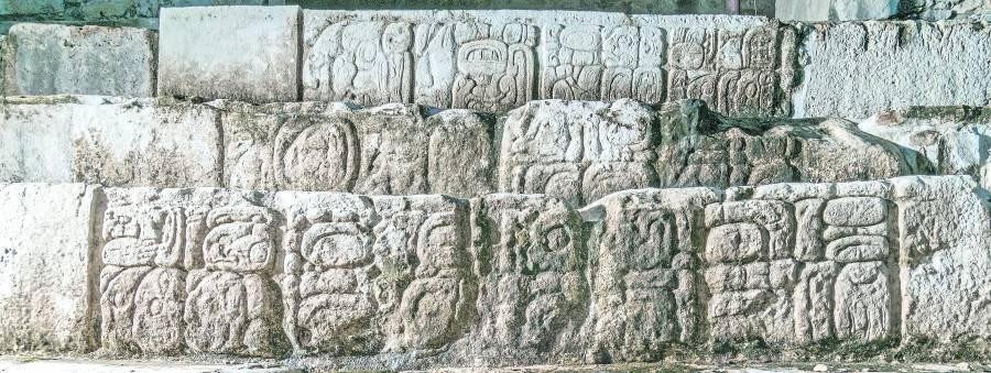 Jeroglíficos revelan profanaciones del rey maya Pakal.