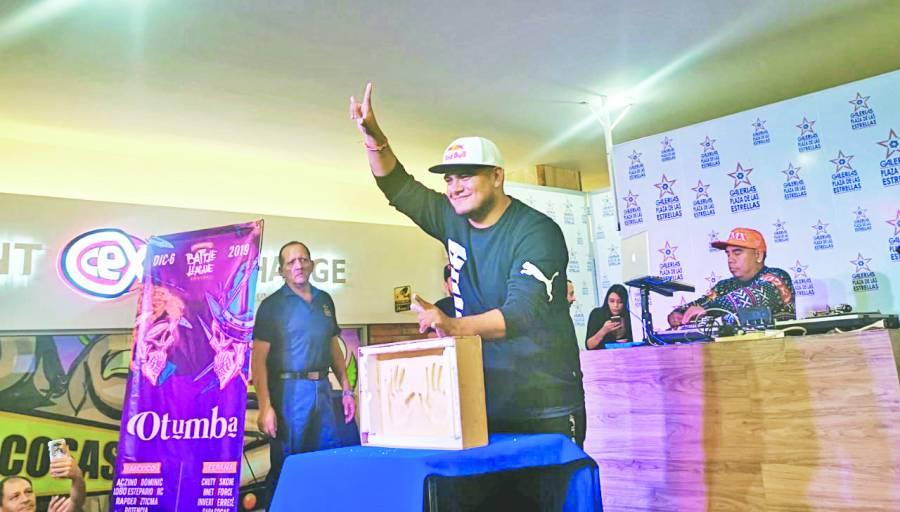 El rapero Aczino deja sus huellas en Galerías las Estrellas