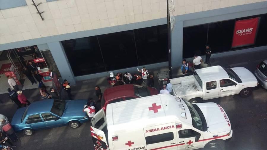 Empleada de Sears se avienta de una azotea y cae sobre un hombre