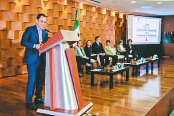 Menos de la mitad de las mujeres participa en el mercado laboral: Arturo Herrera