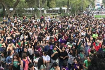 Inicia manifestación feminista en la Glorieta de los Insurgentes