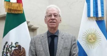 Sorprenden a embajador Ricardo Valero tratando de llevar un libro sin pagar