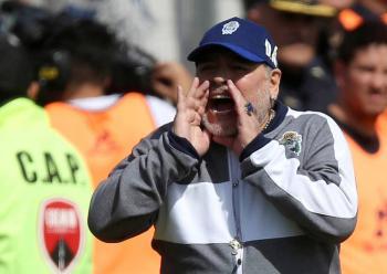 [Video] Maradona lamenta un gol fallado por Gimnasia y termina en el suelo