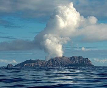 Estalla volcán de Nueva Zelanda y mata a 5