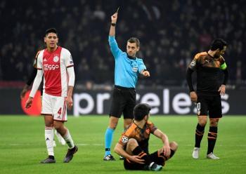 Ajax de Edson Álvarez pierde en casa y se queda en el camino