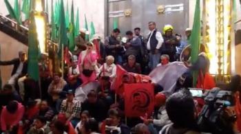 Campesinos protestan en Bellas Artes por pintura de Zapata