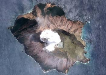 Suspenden rescate de víctimas tras erupción de volcán en Nueva Zelanda