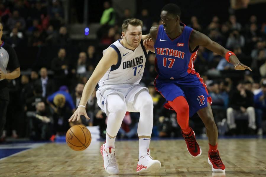 Mavericks brilla en la duela azteca y derrota a los Pistons