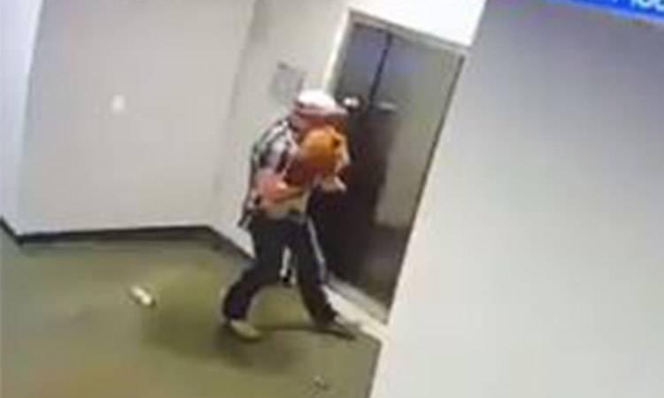 Hombre salva a perrito de morir estrangulado en un elevador, en Houston