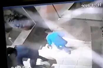 [Video] Con pica hielos y martillazos roban mochila a un hombre
