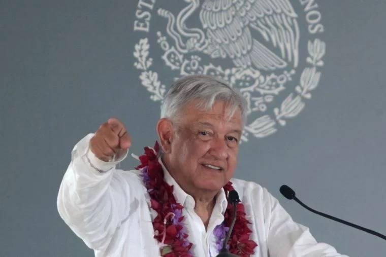Se compromete AMLO a construir camino en Veracruz