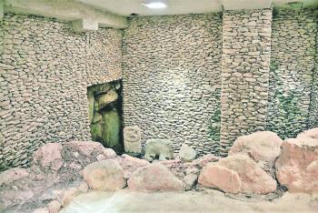 Hallan en Chichen Itzá disco de pirita y mesa de piedra