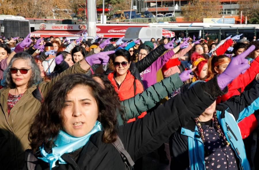 """Legisladoras de Turquía interpretaron """"un violador en tu camino"""" en el Congreso"""