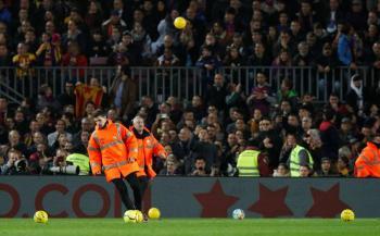 Multan al Barcelona por globos lanzados y recibe advertencia