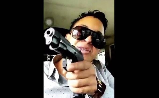 Tunden en redes al hijo del fiscal de Chiapas que presume arma