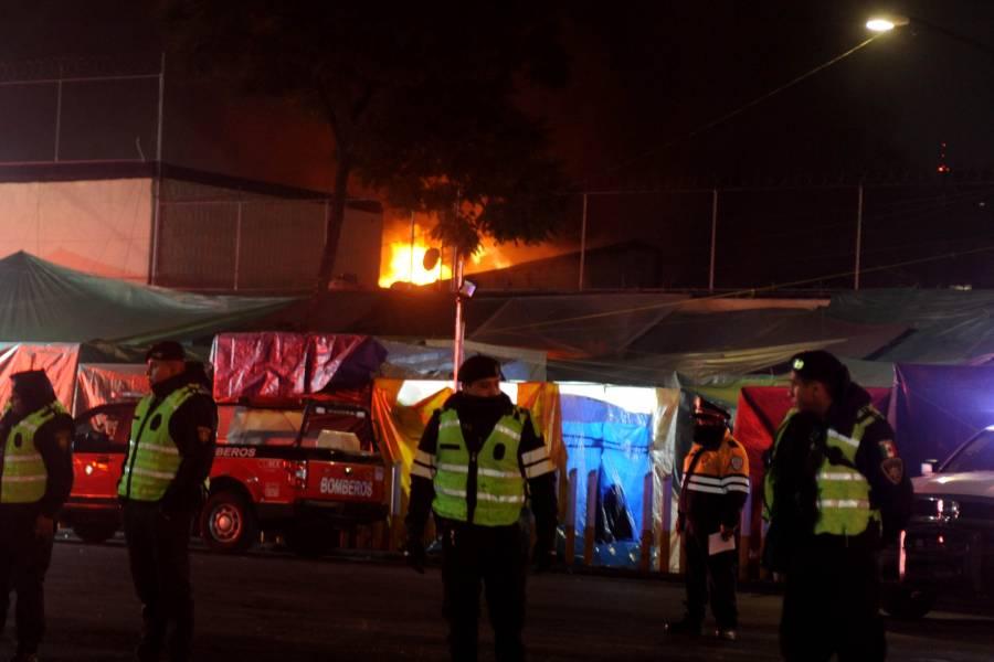 Incendio consume locales del Mercado de San Cosme