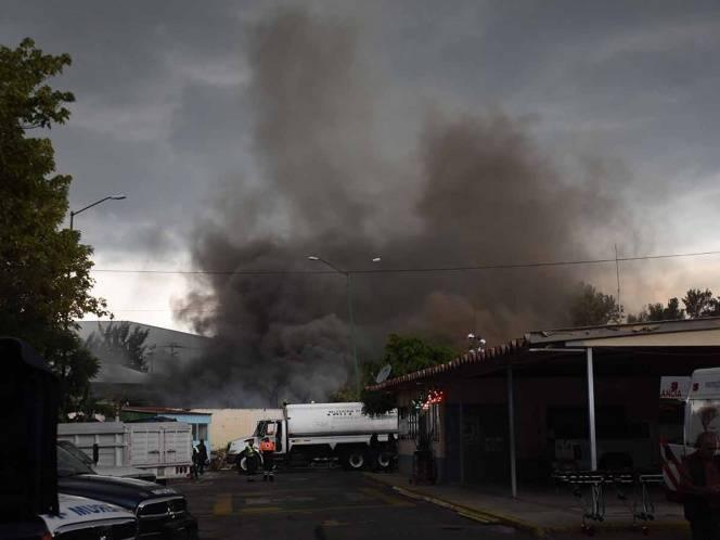 Un fuerte incendio se registra en fábrica de publicidad de Azcapotzalco