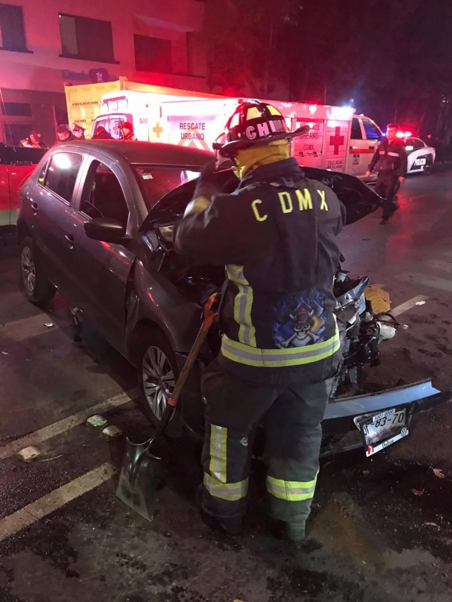 Tras choque con auto, trailer destroza barda en la Condesa