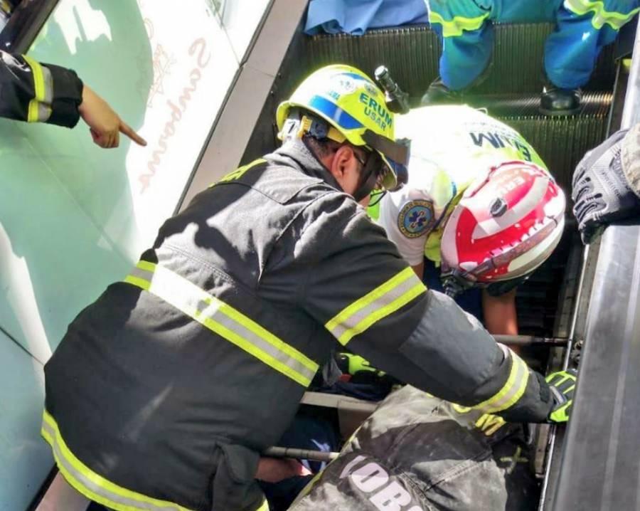 Hombre muere prensado en escaleras eléctricas de plaza comercial